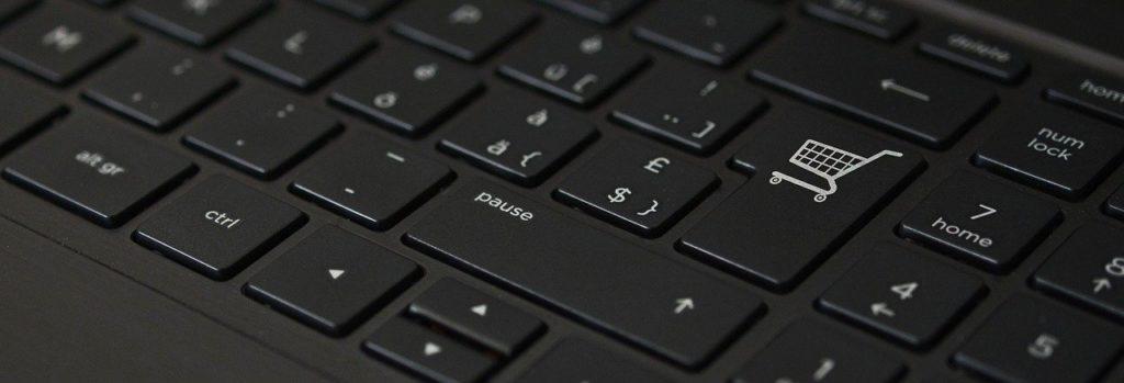 オンラインショッピング キーボード eコマースBTOパソコンの多くはインターネットでの注文になります。 家電量販店のように、実物を見て大きさや重さ、質感などを実際に見ることはできません。 しかし、HPには大きさや重さ、画像が詳細に記載されているので、それほど問題ではありませんが、どうしても実物を見たいのであれば、実店舗を持つBTOパソコンメーカーをおススメします。 店舗であれば、スタッフの方と相談しながら、購入することもできるので、パソコンにあまり詳しくない方でも安心ですね。