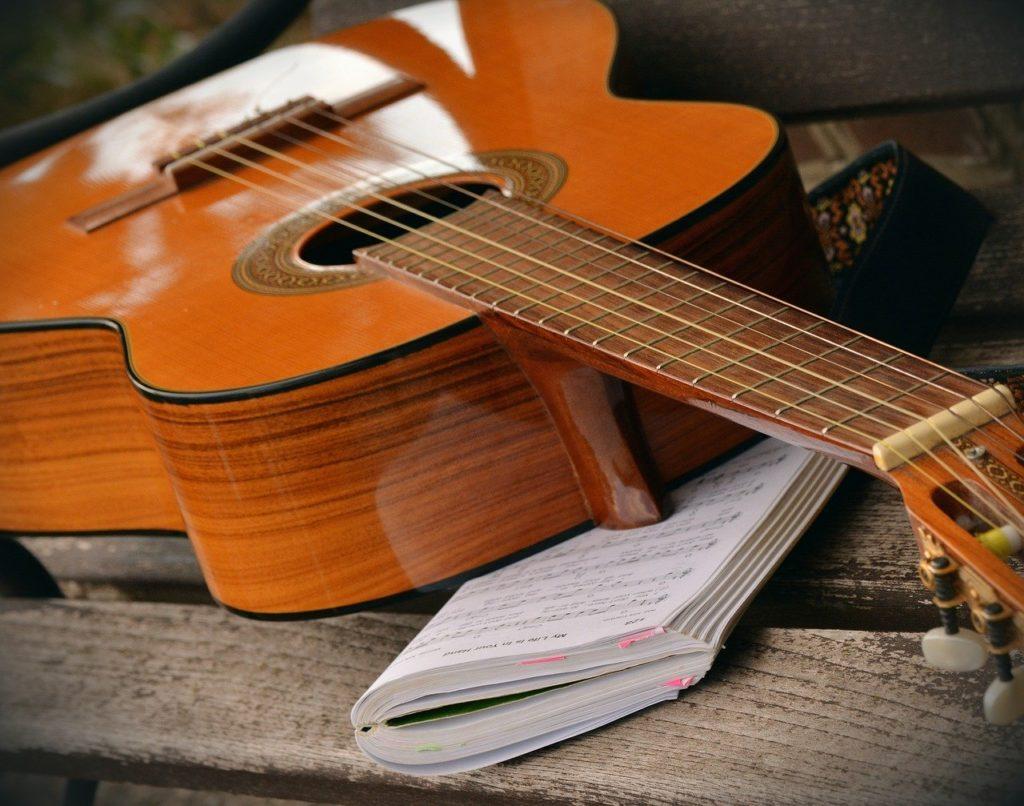 アクティブシニア 高齢化 60代 70代 80代 夫婦 定年 定年退職 定年後 シニア層 団塊世代 ギター 講座